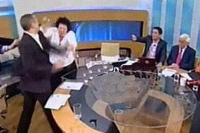 Un diputado de Amanecer Dorado golpea a dos congresistas en TV