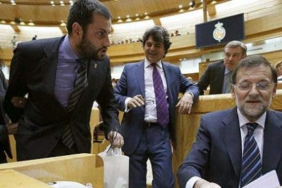 Los escoltas impiden a un senador 'regalar' un casco minero a Rajoy