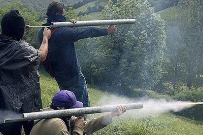 Los mineros del carbón atacan con 'artillería' casera la Guardia Civil