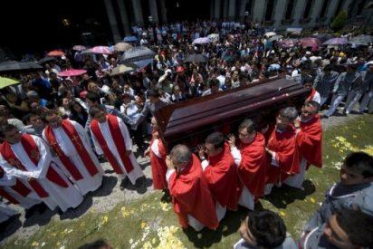 Miles de guatemaltecos se despiden del cardenal Quezada