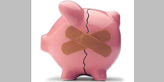 Los españoles gastan más de lo que ingresan y se comen ahorros