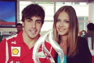 Fernando Alonso saca pecho y se pasea con Dasha Kapustina