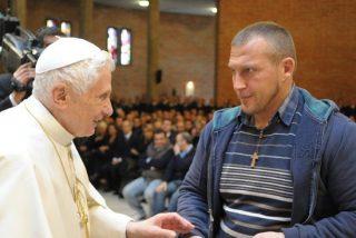 Benedicto XVI pide dedicar los rezos de agosto a los presos