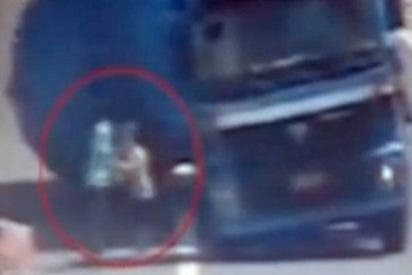 La china que salva a su hijo y a su marido de morir aplastados por un camión