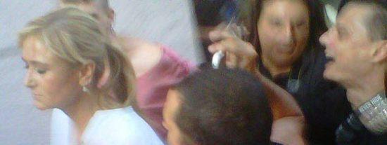 La delegada del Gobierno, Cristina Cifuentes, acorralada y escupida por los 'indignados'