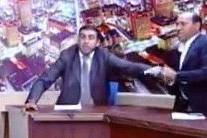 Un diputado tira de pistola en un acalorado debate televisivo
