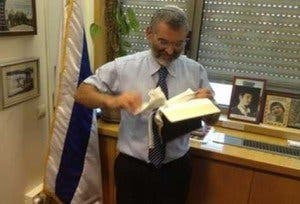 Un diputado israelí rompe un Nuevo Testamento y lo arroja a la basura