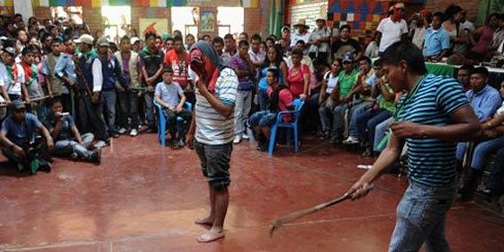 Los indígenas atizan 30 latigazos a 4 terroristas de las FARC