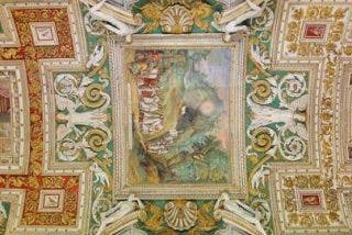 Dos curas para atender a los visitantes de los Museos vaticanos