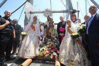 El obispo de Santander, con los marineros que sufren la crisis