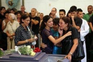 Centenares de cubanos ovacionan el féretro de Payá en una iglesia de La Habana