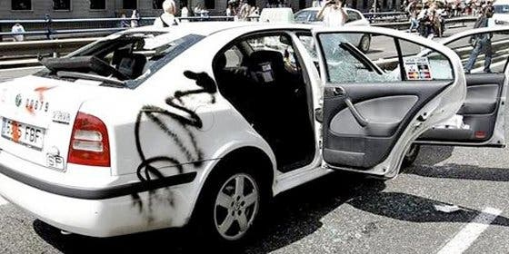 Taxistas dañan coches de compañeros por no ir a la manifestación