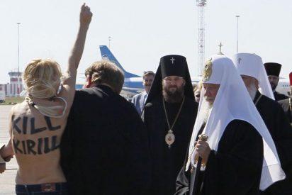 Activista ucraniana semidesnuda se lanza contra el patriarca Kiril
