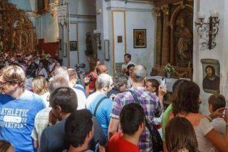 Centenares de curiosos hacen cola para fotografiarse con el Cristo de Borja