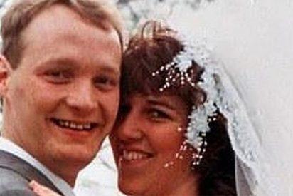 Descubre en Facebook que su marido es bígamo al dar con la foto de la otra boda