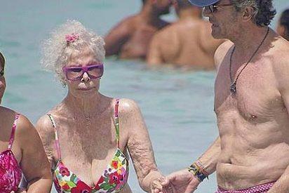 La Duquesa de Alba se pone el bikini y se pega un baño a sus 86 años