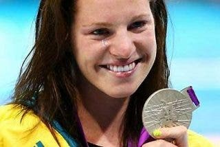 Nadadora culpa a Twitter y Facebook de 'arrebatarle' el oro en los 100 espalda