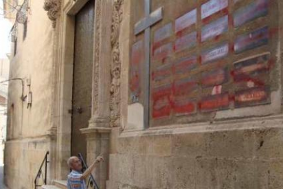Tapa con spray los símbolos franquistas de la iglesia de Aspe