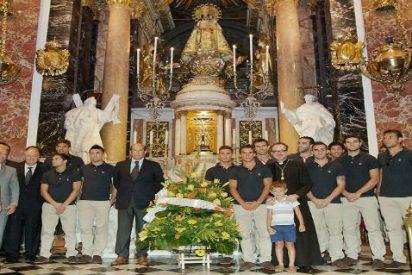 El Valencia CF lleva flores a la Virgen