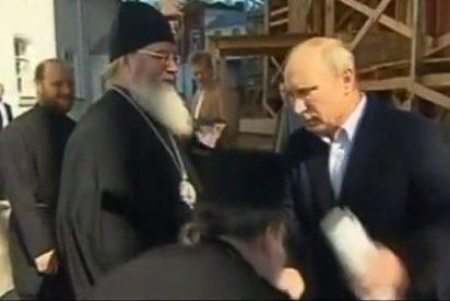 Putin se enfada con un monje que quiso besarle la mano