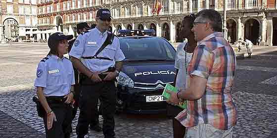 Gendarmes franceses cuidan de los turistas para que no les roben en Madrid