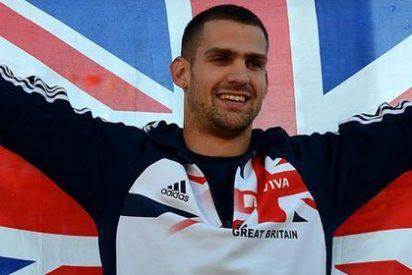 Robbie Grabarz escandaliza a los británicos desnudo con bronce y bandera