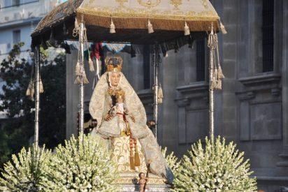 La Virgen de los Reyes se detiene ante la estatua de Juan Pablo II