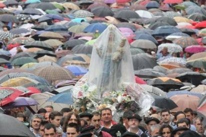 La lluvia y un pueblo fiel a su Amatxo