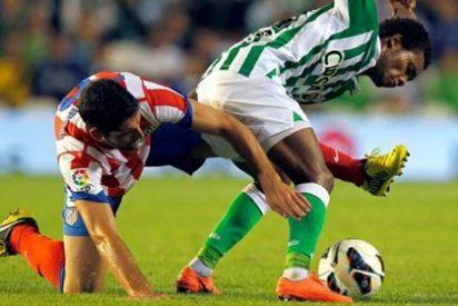 El árbitro empuja al Atlético hasta la segunda plaza tras su victoria ante el Betis (2-4)