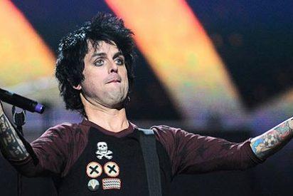 El cantante de Green Day 'enloquece' en el escenario, insulta a la organización y destroza su guitarra