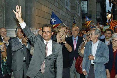 Artur Mas es recibido en Barcelona por una multitud al grito de independencia