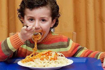 Asociaciones de padres cargan contra los políticos por aprobarse un menú más barato que el escolar
