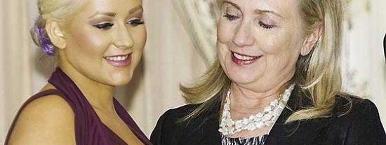 El escote de Christina Aguilera, un imán para los ojos de Hillary Clinton