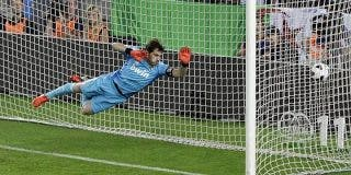Iker Casillas admite sus errores en los dos goles de Messi en el Clásico