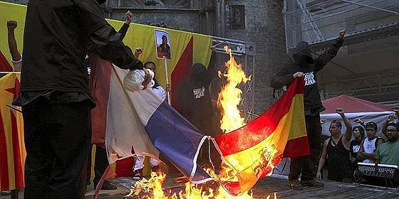 La jueza absuelve a los cuatro acusados por la quema de una bandera española