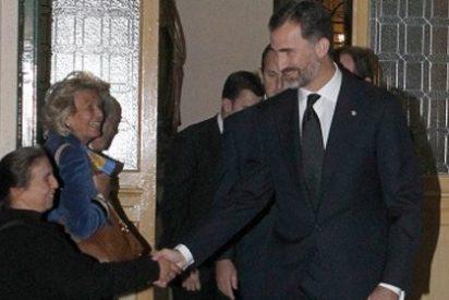 El Príncipe y la mendigo: Don Felipe da la mano a una mujer que pedía limosna