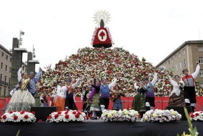 Un manto de flores, frutas y dulces para la Virgen del Pilar