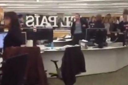 La plantilla de El País guarda un minuto de silencio en la redacción antes de comenzar la reunión del turno de tarde
