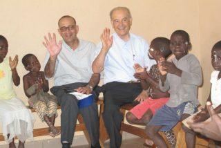 Omella y Milián en el hogar de Mensajeros de la Paz en Benin