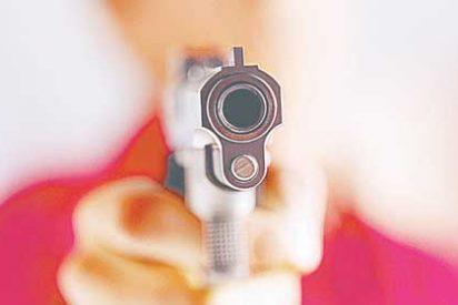 Dos policías de paisano abaten en una fiesta a una mujer desnuda que blandía un arma