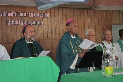 El arzobispo de Oviedo reclama desde Haití trabajar en favor de la infancia