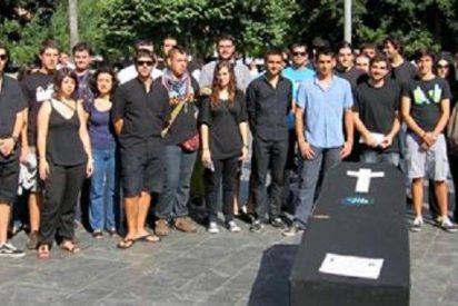 El Consell de la Joventut celebró su 'funeral' en la Plaza de España