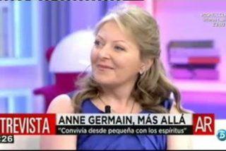 La médium Anne Germain vuelve a montar su 'numerito' y se pone a hablar con los muertos de 'Sálvame'