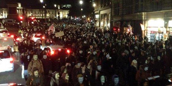 Miles de manifestantes con máscaras Guy Fawkes sitian el Parlamento británico