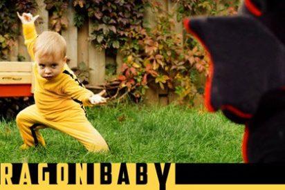 Dragon Baby, el sorprendente bebé vestido a lo 'Kill Bill' que combate con un dragón de peluche