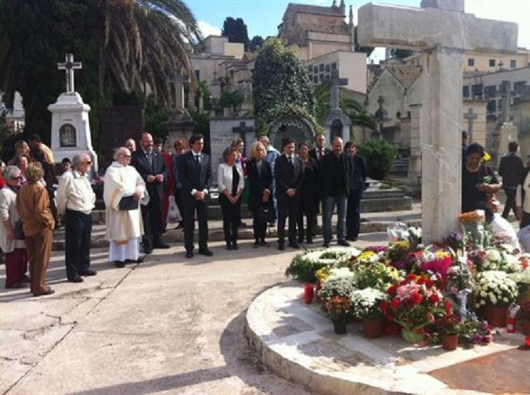 Las autoridades se han dado cita en los cementerios en el Día de Todos los Santos