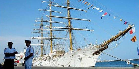 La tripulación de la fragata 'Libertad', embargada en Ghana, disuade fusil en mano su intento de traslado