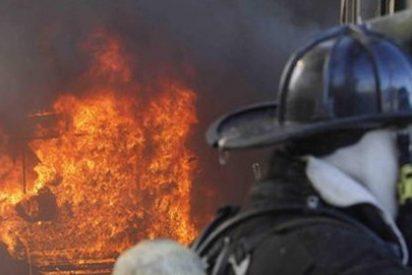 Once personas intoxicadas por inhalación de humo al incendiarse un piso de Sant Antoni