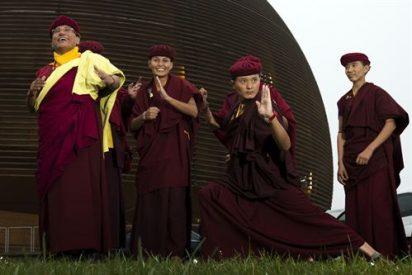 Monjas de kung fu enseñan energía cósmica en el CERN