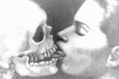 Detienen a una mujer de 37 años acusada de tener sexo con esqueletos humanos